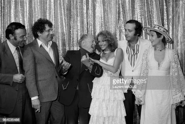 L'acteur américain Mickey Rooney lors d'une soirée à l'Alcazar avec Jacques Martin l'actrice Sydney Rome Jean Yanne et Danièle Evenou le 4 septembre...