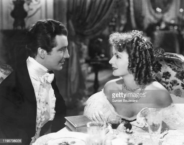 L'acteur américain Robert Taylor et l'actrice suédoise Greta Garbo lors du tournage du film Camille Le Roman de Mme Gautier réalisé par George Cukor