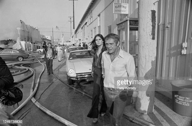 Acteur américain Steve MacQueen et sa femme l'actrice Ali MacGraw, venus rendre visite à leur metteur en scène, échappent de justesse à un incendie...
