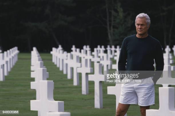 L'acteur américain Tony Curtis dans le cimetière américain de CollevillesurMer dans le Calvados le 8 spetembre 1986 France