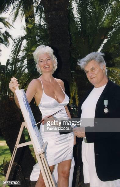 Acteur américain Tony Curtis et sa femme Jill Vanderberg passent quelques jours sur la Côte d'Azur à l'occasion de la première exposition en Europe...