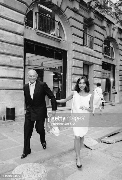 Acteur américain Yul Brynner et sa femme Kathy Lee à Paris en 1983, France.