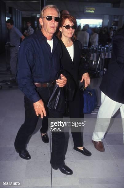 L'acteur australien Paul Hogan et son épouse Linda à l'aéroport CharlesdeGaulle en juillet 1996 à Roissy France