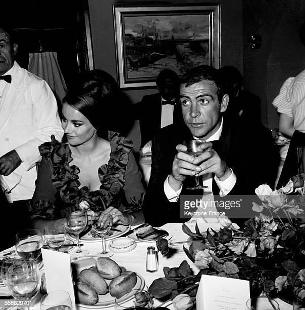 L'acteur britannique Sean Connery et l'actrice francaise Claudine Auger dinant dans une boite de nuit le 24 mai 1965 a Cannes France
