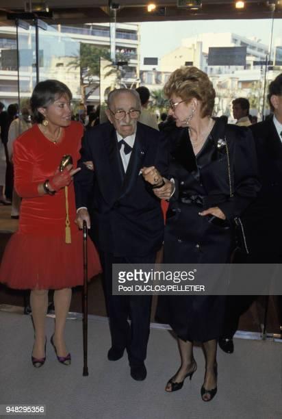 L'acteur Charles Vanel et son épouse Arlette à droite lors de la soirée d'ouverture du Festival de Cannes le 7 mai 1987 à Cannes France