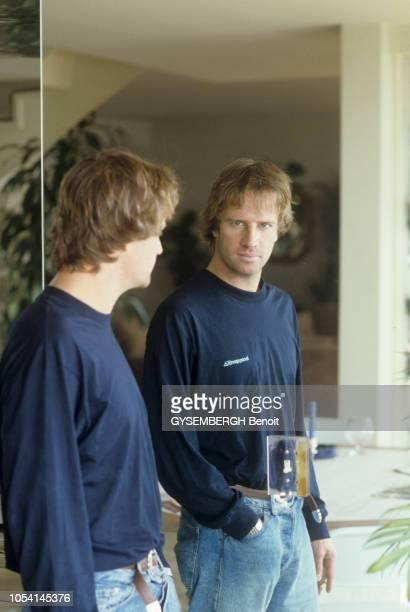 L'acteur Christophe LAMBERT à Los Angeles aux EtatsUnis Octobre 1987 Portrait dans le reflet d'un miroir en plan américain portant un teeshirt à...