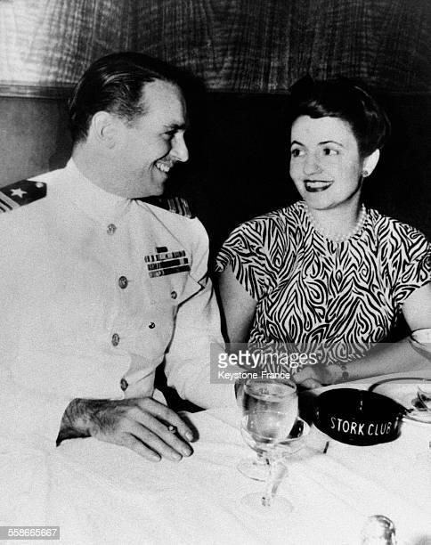 Acteur Douglas Fairbanks Jr, lieutenant-commander dans l'armée américaine, photographié avec sa femme Mary Lee au cours d'une permission, aux...