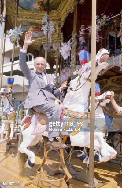 Acteur et comédien français Louis Ducreux sur un manège lors du Festival de Cannes le 14 mai 1984, France.