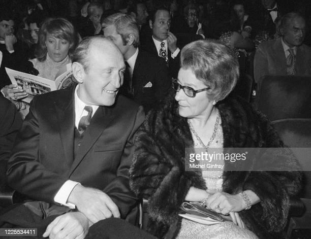 L'acteur français Bourvil avec sa femme Jeanne assistent à la première du chanteur Sacha Distel à l'Olympia