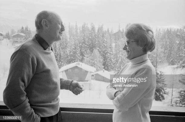 L'acteur français Bourvil avec sa femme Jeanne en vacances aux sports d'hiver
