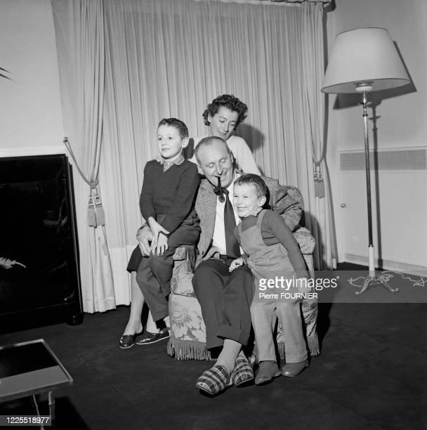 L'acteur français Bourvil entouré de ses deux fils Dominique et Philippe et de sa femme Jeanne