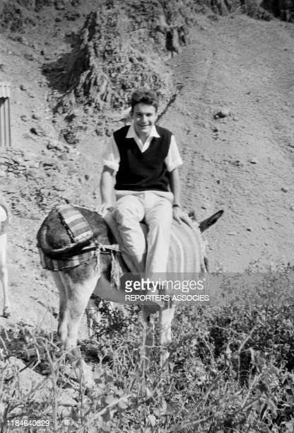 L'acteur français Jacques Charrier sur un âne lors d'un voyage en Iran le 18 novembre 1963