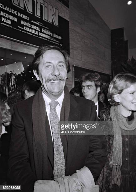 L'acteur français Jean Rochefort sort du cinéma Gaumont des ChampsElysées accompagné de l'actrice Nicole Garcia le 05 décembre 1983 à Paris après la...