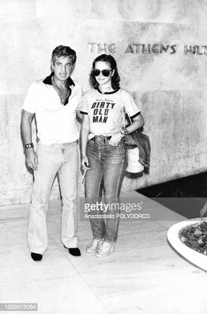 Acteur français Jean-Paul Belmondo et L'actrice italienne Laura Antonelli ensemble en août 1977 à Athènes, Grèce.