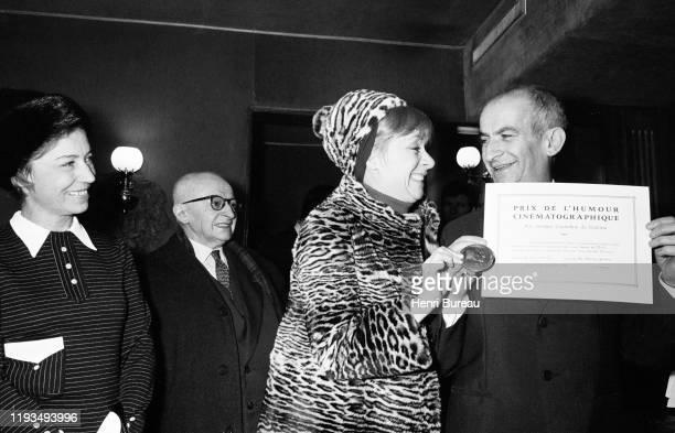 L'acteur français Louis de Funes accompagné de la chanteuse et actrice belge Annie Cordy reçoit le Prix Courteline pour son rôle dans le film Les...