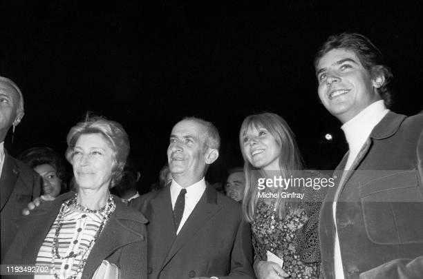 L'acteur français Louis de Funes accompagné de sa femme Jeanne Augustine à sa droite et à sa gauche son fils Olivier de Funes et Jerry une des...