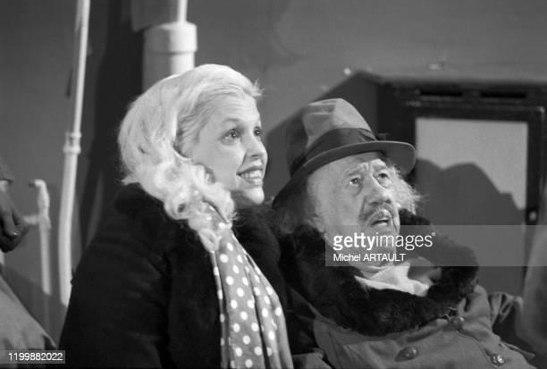 L'acteur français Michel Simon et sa femme Karen Nielsen sur le tournage du film 'L'ibis rouge' à Paris le 28 janvier 1975 France