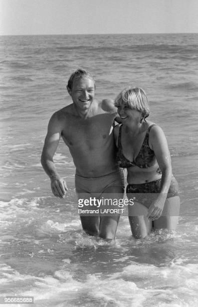L'acteur français Pierre Vaneck et sa femme à la plage lors du tournage du film 'Le Soleil en face' réalisé par Pierre Kast au Portugal Cabanas...