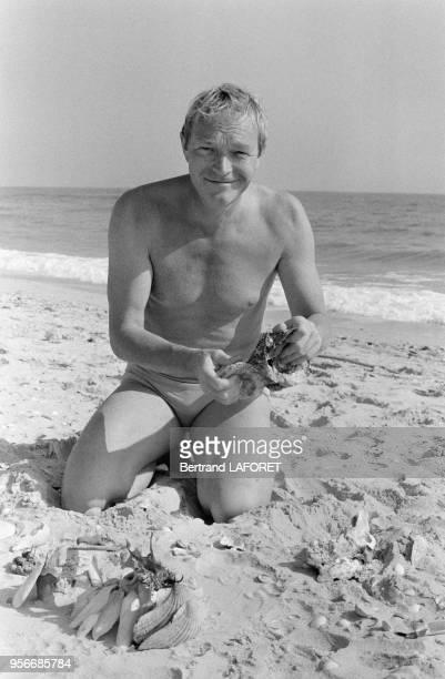 L'acteur français Pierre Vaneck à la plage lors du tournage du film 'Le Soleil en face' réalisé par Pierre Kast en novembre 1978 Cabanas Portugal
