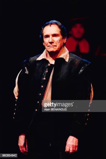 L'acteur français Robert Hossein sur scène pendant une représentation de la pièce de théâtre 'Angélique Marquise des Anges' à Paris en France le 28...