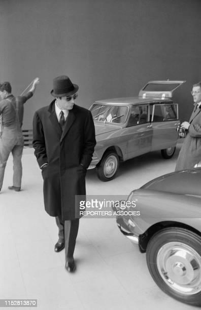 Acteur italien Marcello Mastroianni sur un stand Citroën à Paris le 6 novembre 1964, France.