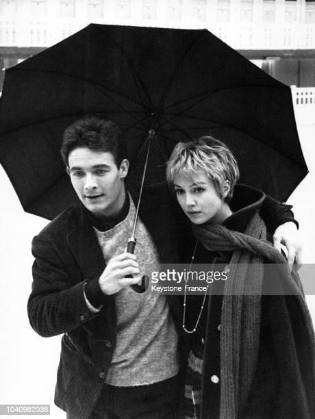 L'acteur Jacques Charrier et l'actrice Mylène Demongeot à la patinoire Molitor lors du tournage du film 'A Cause à cause d'une femme' réalisé par...