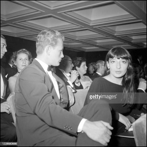 """Acteur Jacques Sernas et la chanteuse française Juliette Gréco assistent à la première du film de Jean Coteau """"ORPHEE"""" en septembre 1950. Juliette..."""