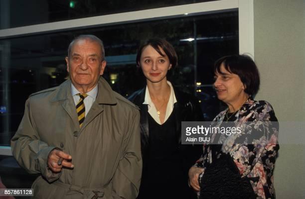L'acteur Jean Carmet avec l'actrice Judith Henry et la realisatrice Agnes Varda a l'avant premiere du film 'Germinal' de Claude Berri au cinema Pathe...