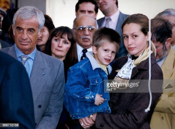 L'acteur JeanPaul Belmondo lors de l'inauguration de la rue Paul Belmondo en hommage à son père sculpteur avec son petitfils Alexandre dans les bras...