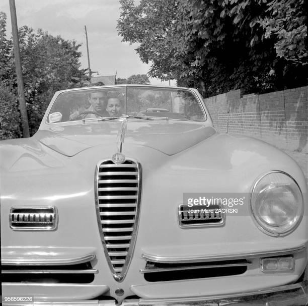 L'acteur JeanPierre Aumont et sa femme l'actrice Maria Montez dans leur automobile Alfa Romeo Spider 6 C 2300 SS en amoureux a Suresnes en France...