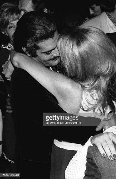 L'acteur Omar Sharif et l'actrice Barbara Bouchet au Playboy de SaintTropez France en 1969
