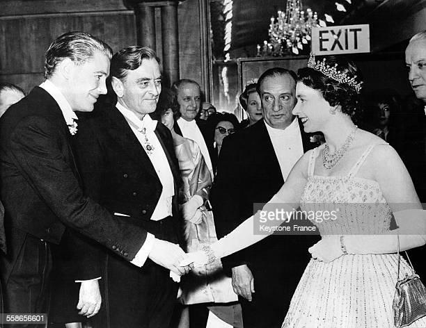Acteur Peter O'Toole serre la main a la reine Elisabeth II lors de la premiere du film 'Lawrence d'Arabie' a l'Odeon Leicester Square a Londres,...