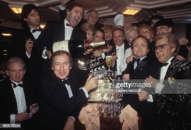 L'acteur Piéral fête son 60e anniversaire entouré d'amis parmi lesquels Roger Borniche et Michou le 12 décembre 1983 à Paris France