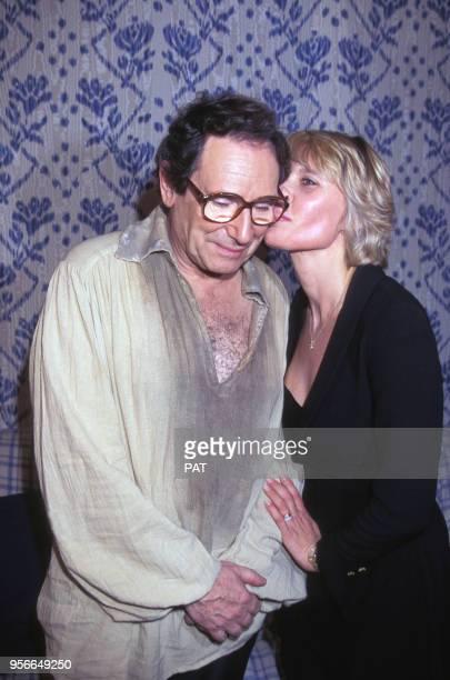 L'acteur Robert Hossein avec son épouse l'actrice Candice Patou lors d'une première en octobre 1995 à Paris France