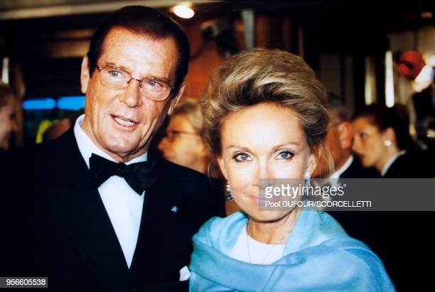 Acteur Roger Moore et sa compagne Kristina lors d'une soirée le 2 octobre 1999 à Paris, France.