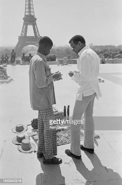 Acteur-chanteur américain et activiste social Harry Belafonte discutant avec des vendeurs à la sauvette à Paris.