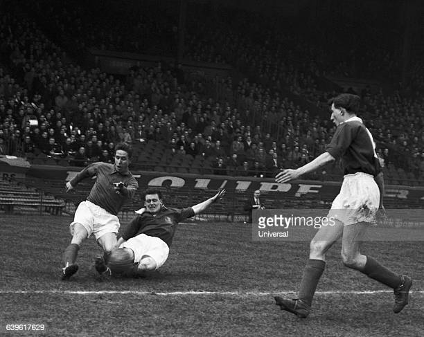 Action of the match between the French Army and the British Army. Raymond Kopa , Mathers .