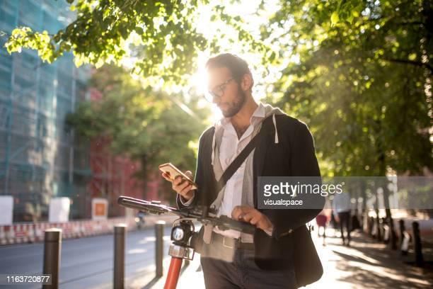 aktivierung von elektroroller vom smartphone - on the move stock-fotos und bilder