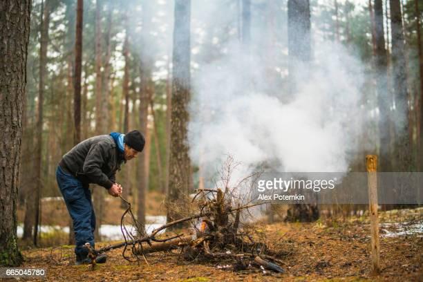 Actieve 70-jaar-oud senior reizende man maken fier in het bos