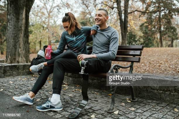 aktive behinderte sportler - beinamputierte frauen stock-fotos und bilder