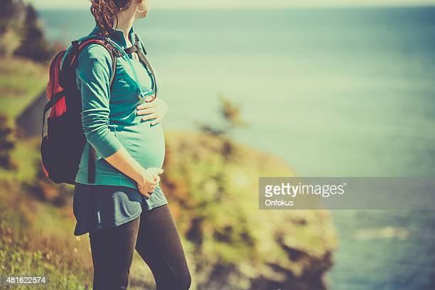 Active femme enceinte de randonnée