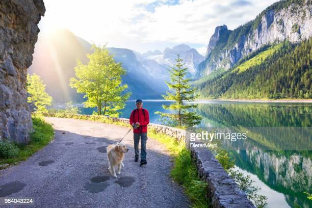 Aktive Senioren und Hund am Gosausee mit Dachstein - Alpen