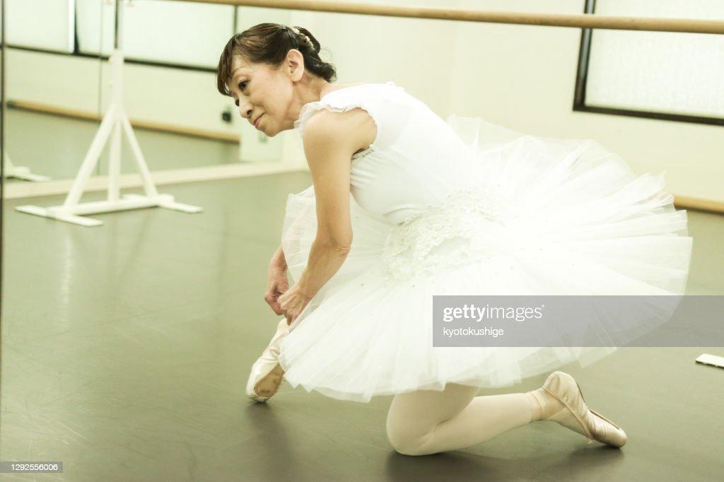Active senior enjoying ballet in Asia : ストックフォト