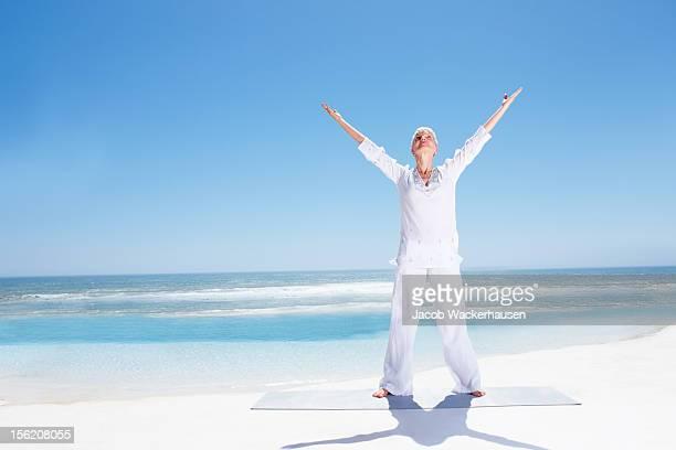 ativo senior lady exercitar na praia - só uma mulher idosa imagens e fotografias de stock