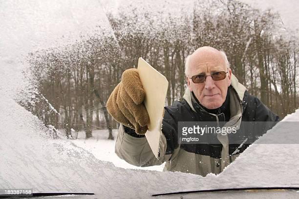 Homme senior actif frottement voiture de pare-brise