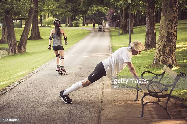 Aktive senior Mann stretching im park