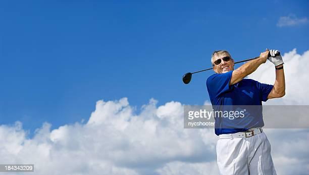 アクティブな老人男性スインギングゴルフクラブ