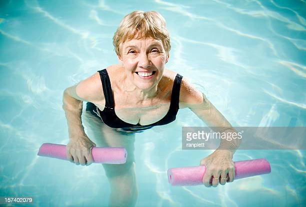 Femme âgée Active Aquasizing