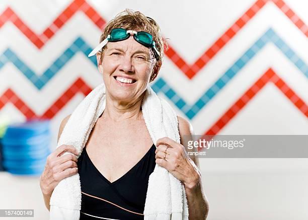 Aktive Senior Frau im Pool