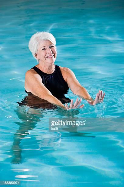 Femme âgée Active de l'exercice dans la piscine